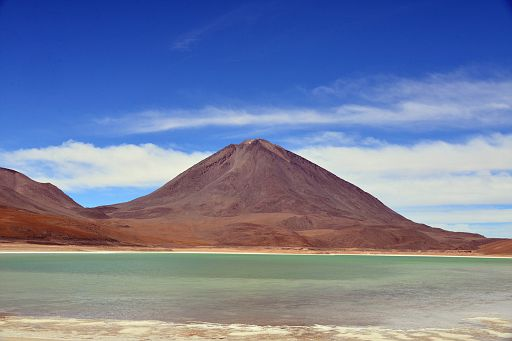 Kolejna Laguna (jezioro) z wulkanem w tle
