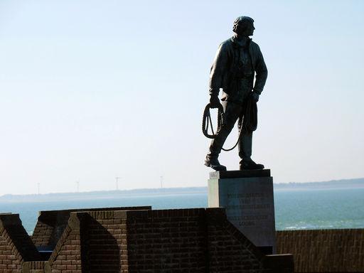 Het standbeeld van Frans Naerebout, een vermaarde loods en redder.
