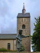 Kirche und Brunnen in Bösingfeld